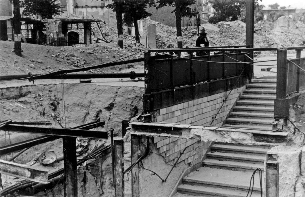 Zerstörter Zugang zum U-Bahnhof Memeler Str. 1946. Foto: Archiv U-BahnMuseum