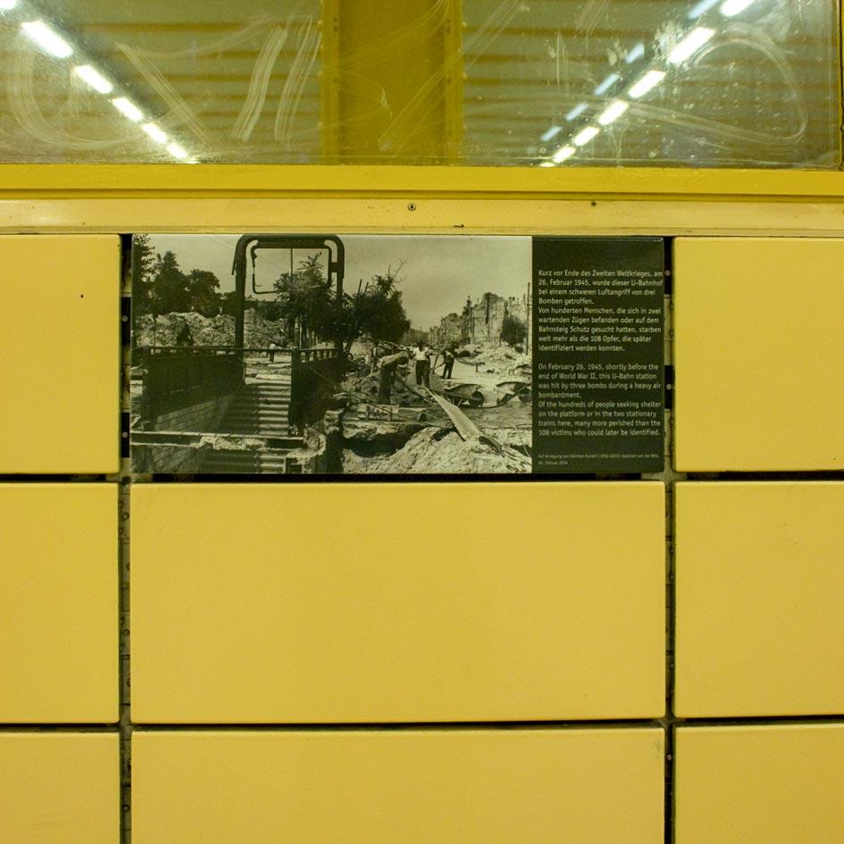 Gedenk-Kachel am U-Bahnhof Weberwiese. Foto: Anke Wagner