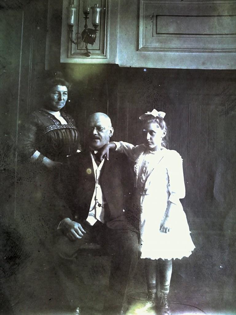Ernst Hahn mit Frau und Tochter im Rummelsburger Ratssaal.  / Bild: Museum Lichtenberg
