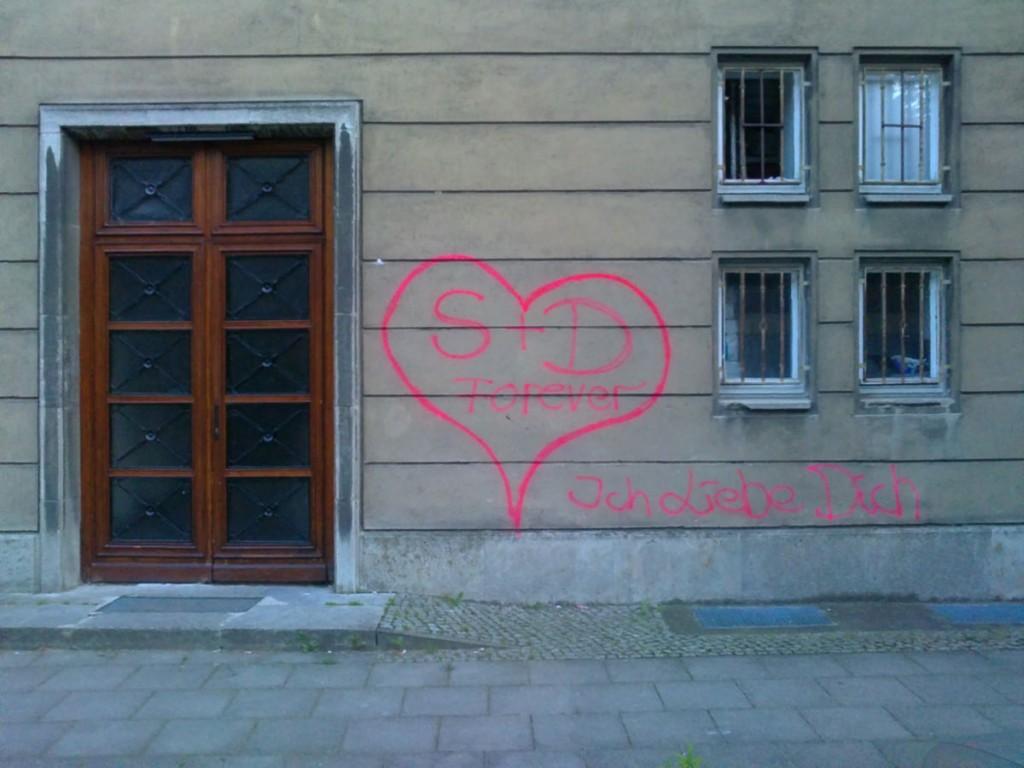 Liebesschwur Graffiti in der Karl Marx Allee