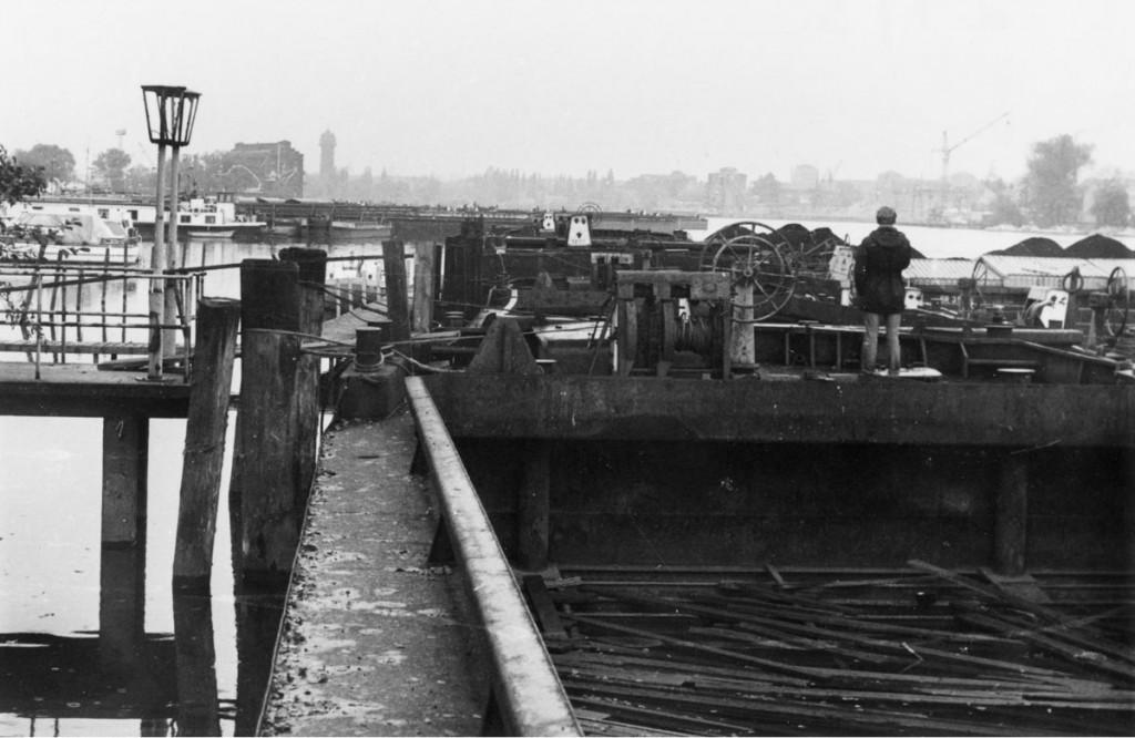 Lastkahn an der Anlegestelle Stralauer Hafen, im Hintergrund der Wasserturm am Ostkreuz