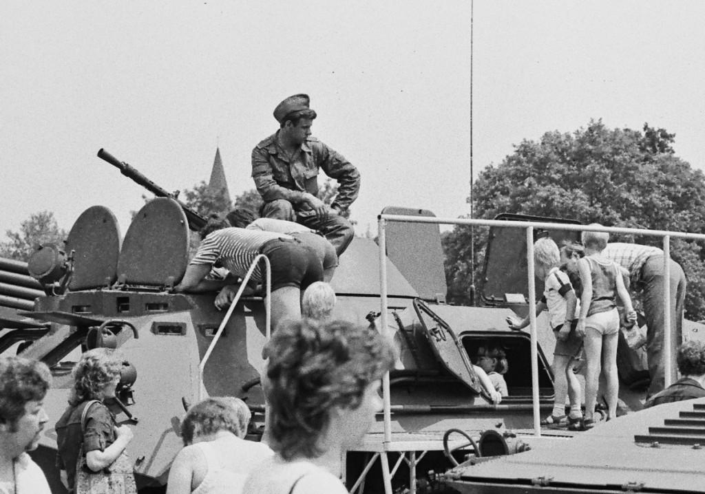 Etwa 1984 auf der Drachenwiese: Kinder klettern auf einem NVA-Panzer. Unter der Grasnarbe liegen die Trümmer des letzten Krieges, im Hintergrund ist der Turm der Adventskirche zu sehen. Bild unten von der gleichen Veranstaltung: Ein Schießstand der paramilitärischen Gesellschaft für Sport und Technik. / Fotos: Silvio Weiß /