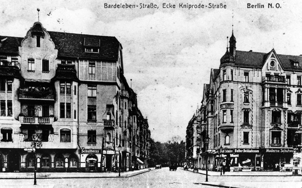 Die Bardeleben-Straße in Richtung Friedrichshain. Postkarte.