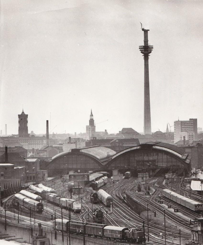 Der (unfertige) Fernsehturm vom Ostbahnhof aus gesehen. Quelle: Bezirksmuseum Lichtenberg, Foto: Dieter Breitenbohm