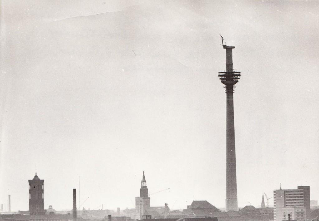 Der (unfertige) Fernsehturm vom Ostbahnhof aus gesehen. Quelle: Bezirksmuseum Lichtenberg, Foto (Ausschnitt): Dieter Breitenbohm