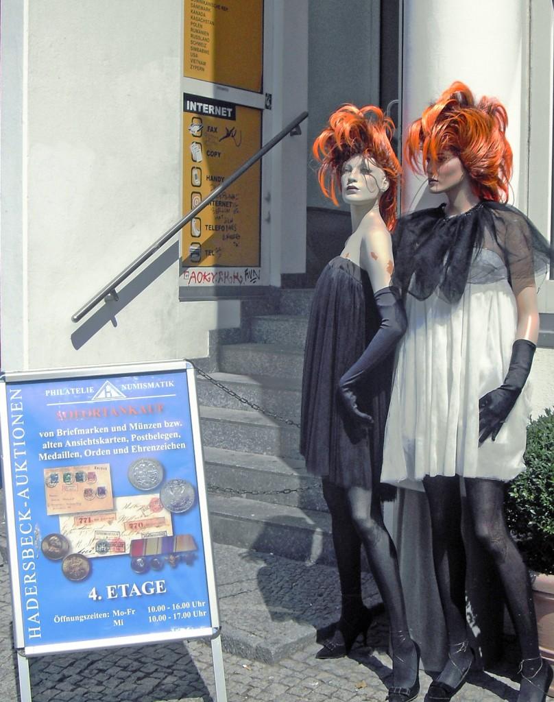 Selbstbewusste Schönheiten in einem Hauseingang in der Erich-Steinfurth-Straße. Foto Detlef Krenz
