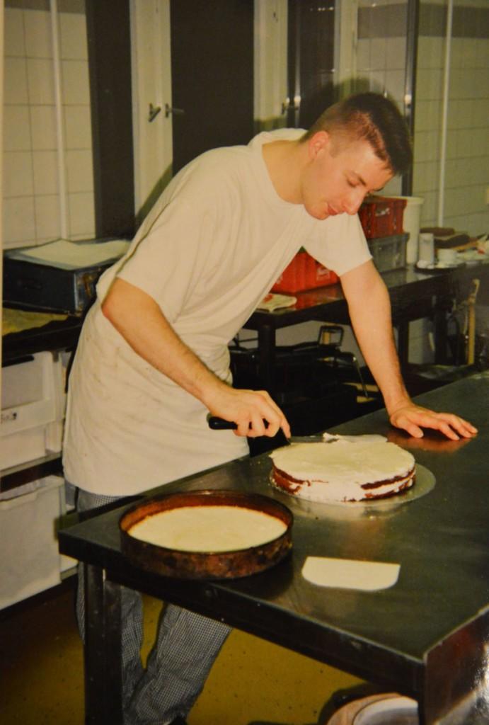 """Präzision am """"Werkstück"""" : Jörg Schubbert mit Torte bei der Meisterprüfung 1994. / Foto: privat /"""