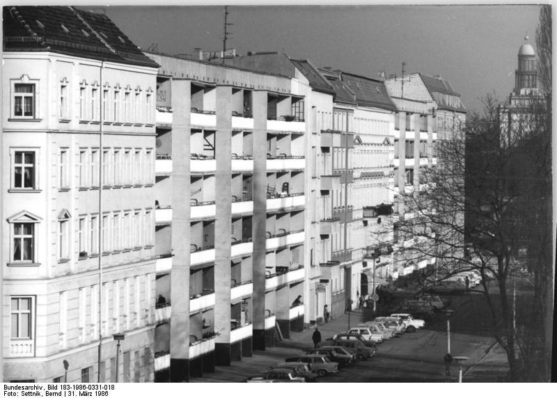 Mustergültig saniert: Die Palisadenstraße 1986. Im Hintergrund der Laden von Bäcker Heider. / Foto: Bundesarchiv Berlin, Bernd Settnik /