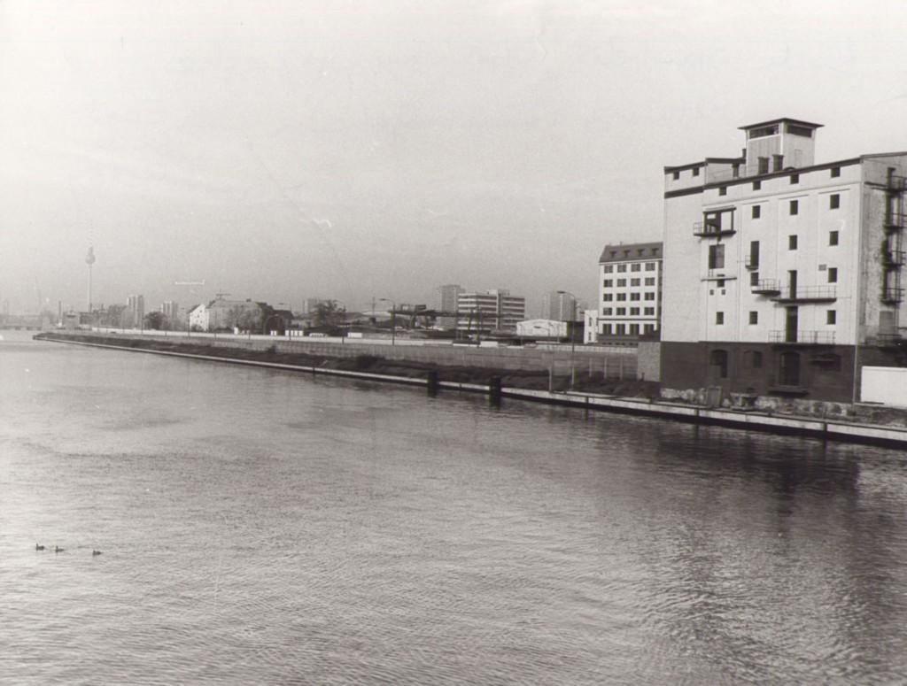 Mühlenstraße 1975: entkernt, umgebaut, 6spurig ohne Straßenbahn und mit Hinterlandmauer / Quelle: FHXB-Museum /