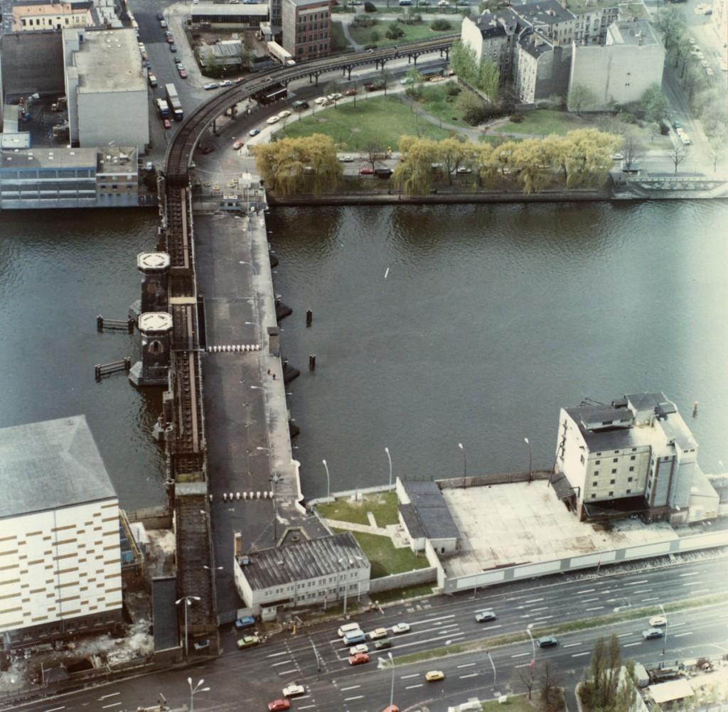 Grenzübergang Oberbaumbrücke 1983: Regelmäßig wurde die Grenze per Helikopter überwacht. / Quelle: BStU MFS HA II/Fo/832/Bild 9 /