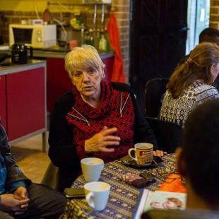 Edeltraut Pohl  im Flüchtlingscafé