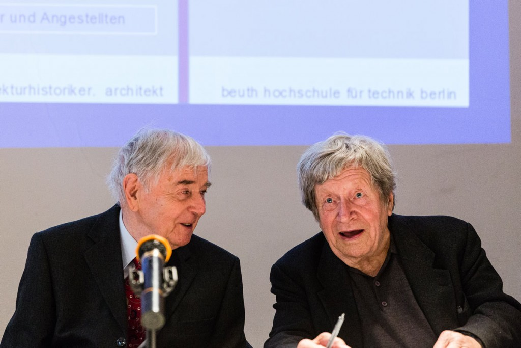 Bruno Flierl im Gespräch mit Wilfried Stallknecht, einer der Architekten der Wohnungsbauserien P2 und WBS 70. / Foto: Giovanni Lo Curto /