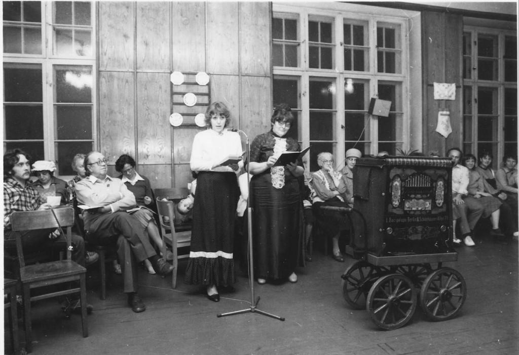 """Ein Alt-Berliner Abend in der """"Guten Stube"""" der Samaritergmeinde (links Edeltraut Pohl, mit Frau Mueller-Schlomka), 1987"""