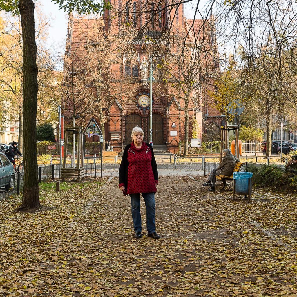 Edeltraut Pohl vor der Samariterkirche. Foto: Giovanni Lo Curto