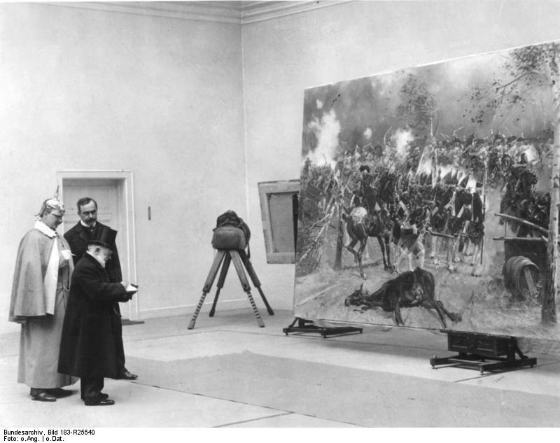 """ADN-ZB/Archiv Kaiser Wilhelm II. mit Adolph v. Menzel (mit Zylinder) vor Adalbert v. Kossaks Gemälde """"Attacke der Garde du Corps bei Zorndorf"""". 12087-33"""