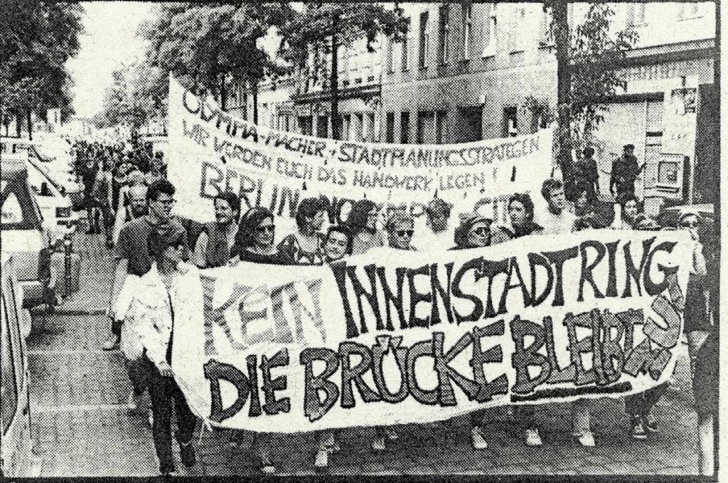 1992: Demo für die Oberbaumbrücke, die kurz danach besetzt wurde. / Quelle: Flugblatt, FHXB-Museum /