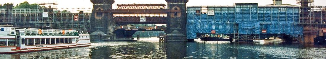 1994: Die Oberbaumbrücke versteckt sich hinter Baugerüsten. Drei Jahre später waren auch die Türme wieder drauf. / Foto: Slivio Weiß /