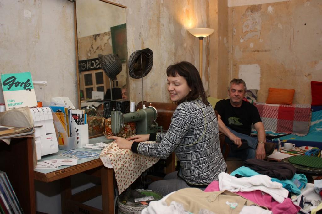 Im Tauschladen kann man fast alles mitnehmen, nur nicht die Nähmaschine, die darf aber benutzt werden, erklärt Masha und lacht. / Foto: Anke Wagner /