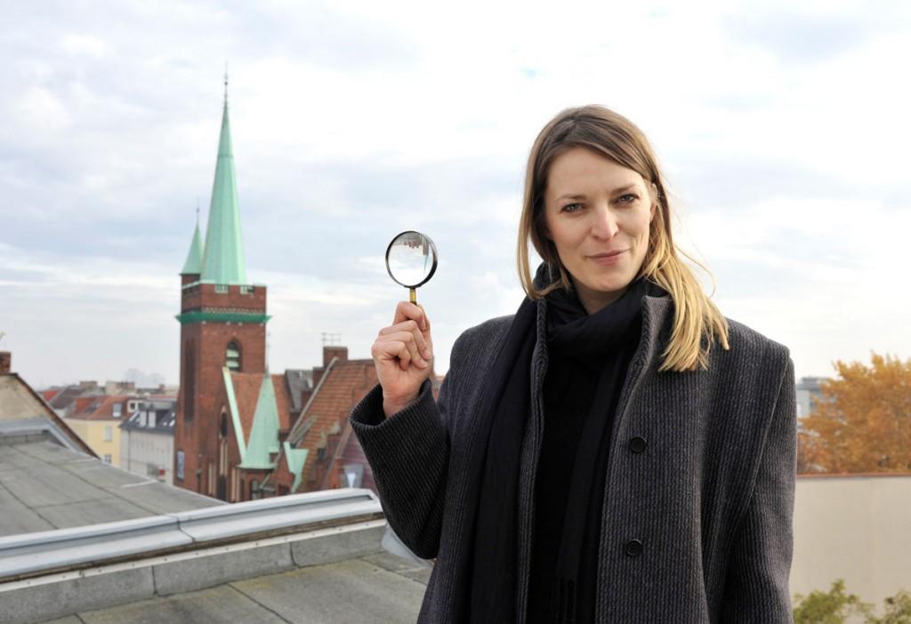 Anne Winkler nimmt den Friedrichshainer Zeitzeiger unter die Lupe. / Foto: Silvio Weiß /