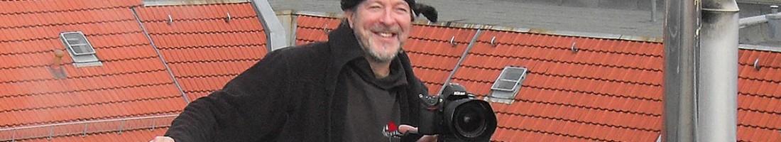 Silvio Weiß vom Friedrichshainer Zeitzeiger über dem Rigaer Str. Kiez