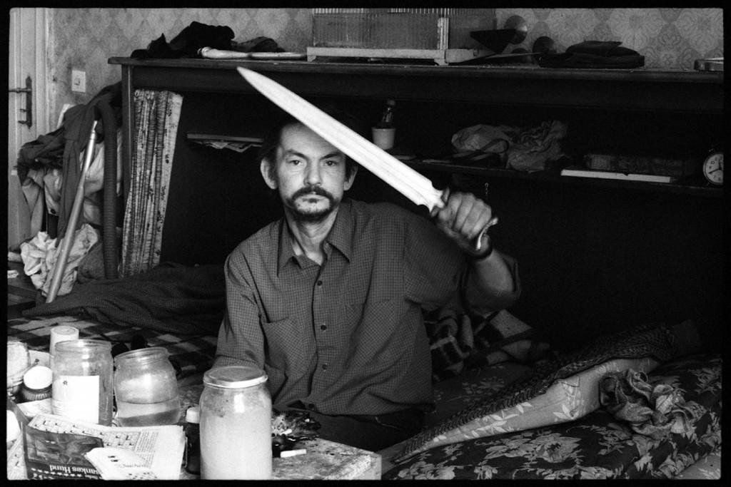 Werner mit dem Holzschwert. Ein Nachbar und Messi – über den Geruch, der seiner Wohnung entströmte, beschwerten sich die Anwohner. 1986 Foto: Florian Günther
