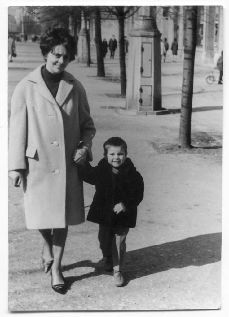 Florian Günther. Spaziergang mit der Mutter in der Karl-Marx-Allee. Foto: Privat