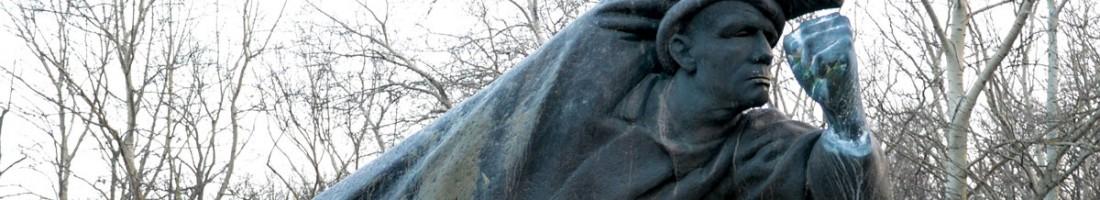 Spanienkämpfer Denkmal am Friedrichshain. Die linke Faust vor dem Gesicht, das Schwert in einer merkwürdig verdrehten Rechten. Professionelle Kämpfer stellen sich anders auf. / Foto: Dirk Moldt /