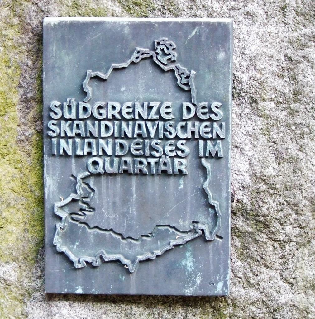 """Auf einer Bronzetafel wurde die Lage der """"Südgrenze des Skandinavischen Inlandeises im Quartär"""" im Gebiet der DDR eingraviert. / Foto: Detlef Krenz /"""
