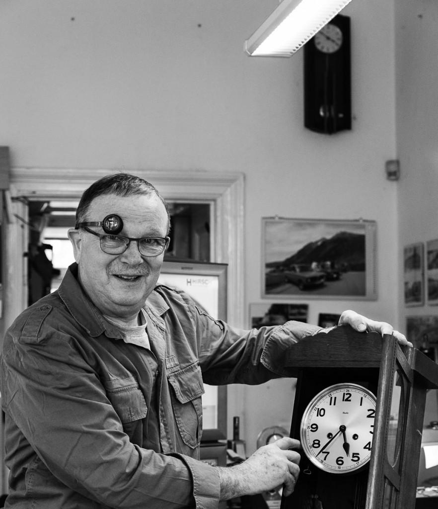 Der Uhrmachermeister Bernd Siebert im Friedrichshain, Berlin. Foto: Giovanni Lo Curto.