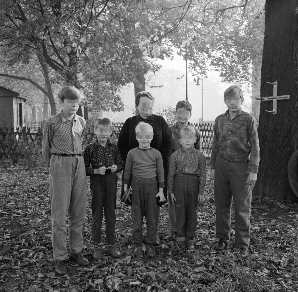 """""""Tolstoi"""" Heiddrun Marquart mit """"ihren"""" Kindern Fotoquelle: MfS-ZAIG-Fo-0757-Bild-0001"""