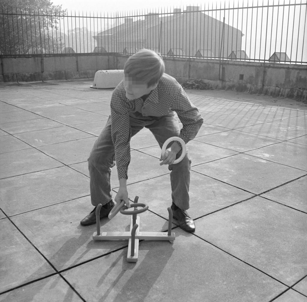 Nur fürs Foto-Spielen auf der Dachterasse Die Terasse auf dem expressioniistischen Turnhallenanbau von 1928 wurde 1952 von hohen Zäunen umbaut und in den 1970er Jahren mit Stacheldraht umwickelt MfS-ZAIG-Fo-0757-Bild-0016