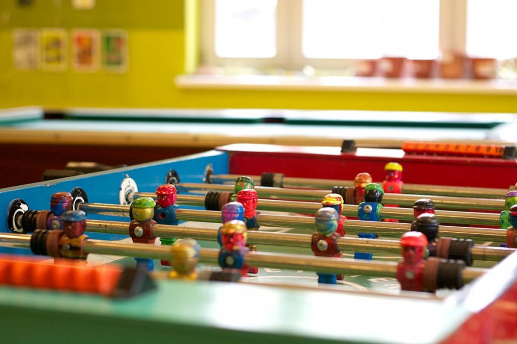 Sehr beliebt: Eine Runde Kicker oder Billard im Regenbogenhaus spielen. / Fotos: Anne Winkler/
