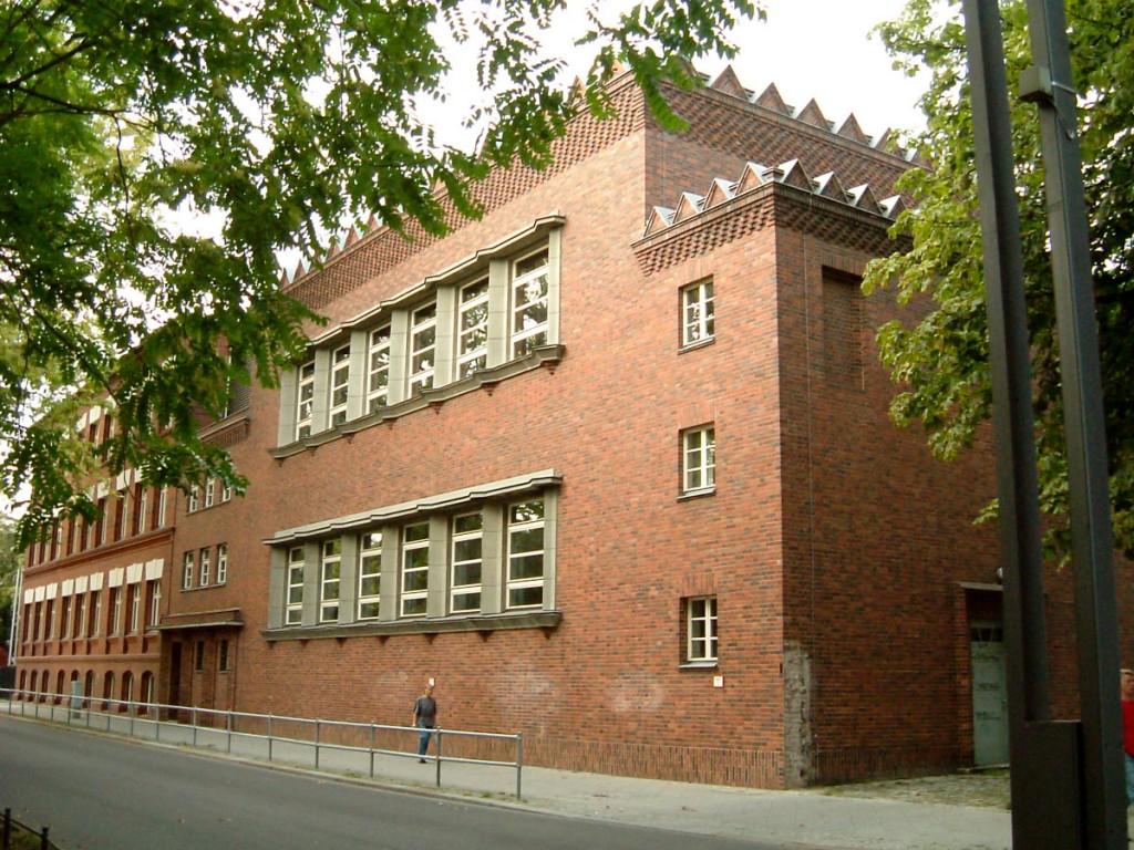 Thaliaschule ehemaiiges Durchgangsheim Alt Stralau Seit dem 28.04.2016 weist eine Gedenk- und Mahnstele auf ide dunkle Vergangenheit als KInder- und Jugendgefängnis des Hauses hin.