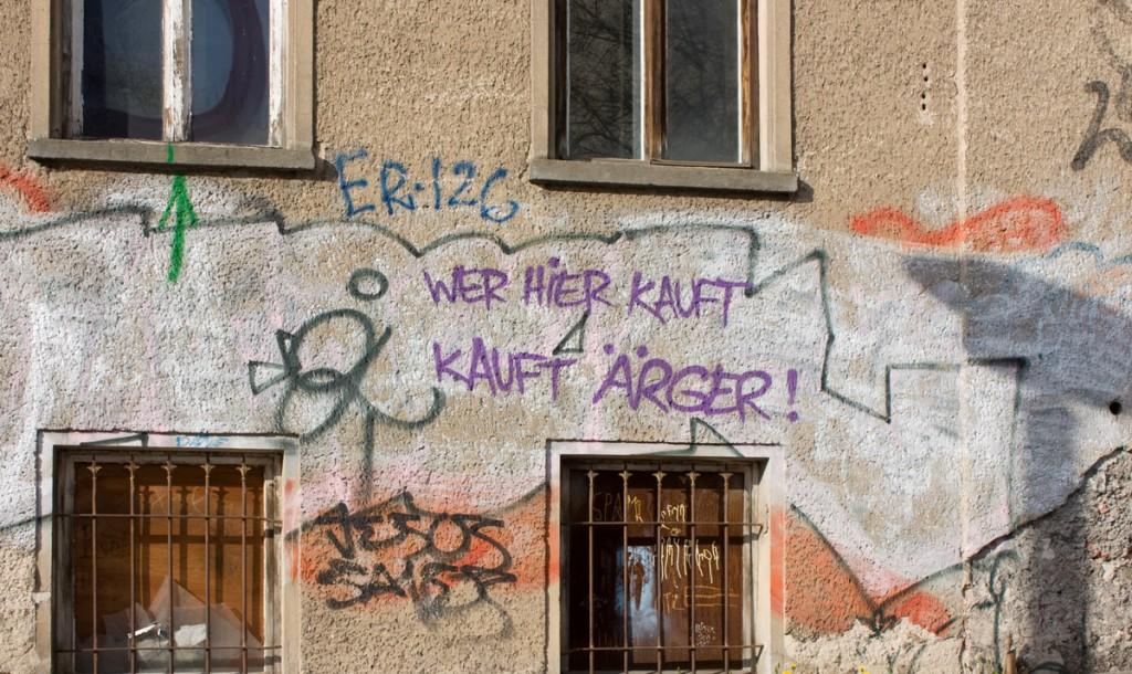 Fassade der Rigaer Straße Nr. 71-73. Hier sollen Eigentumswohungen und ein Hotel entstehen. / Foto: Anke Wagner /