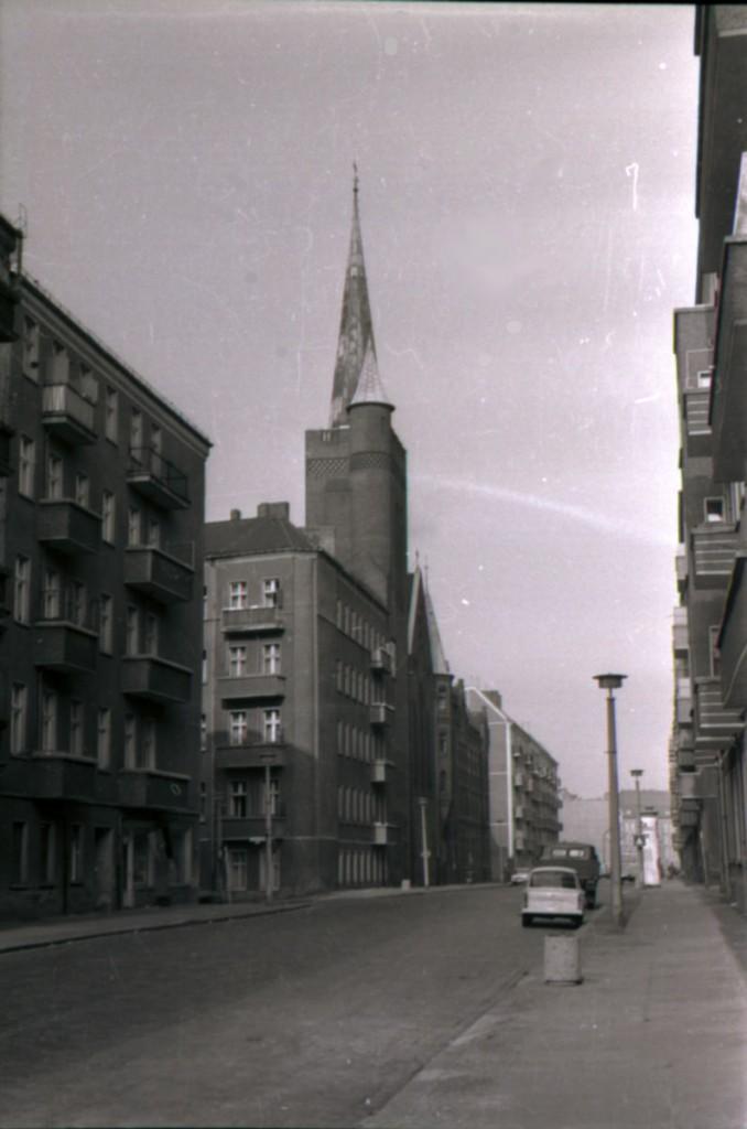 Die Rigaer Straße in den 70ern, an den Straßenlaternen und der Kirche zu erkennen. / Foto: Dirk Moldt /