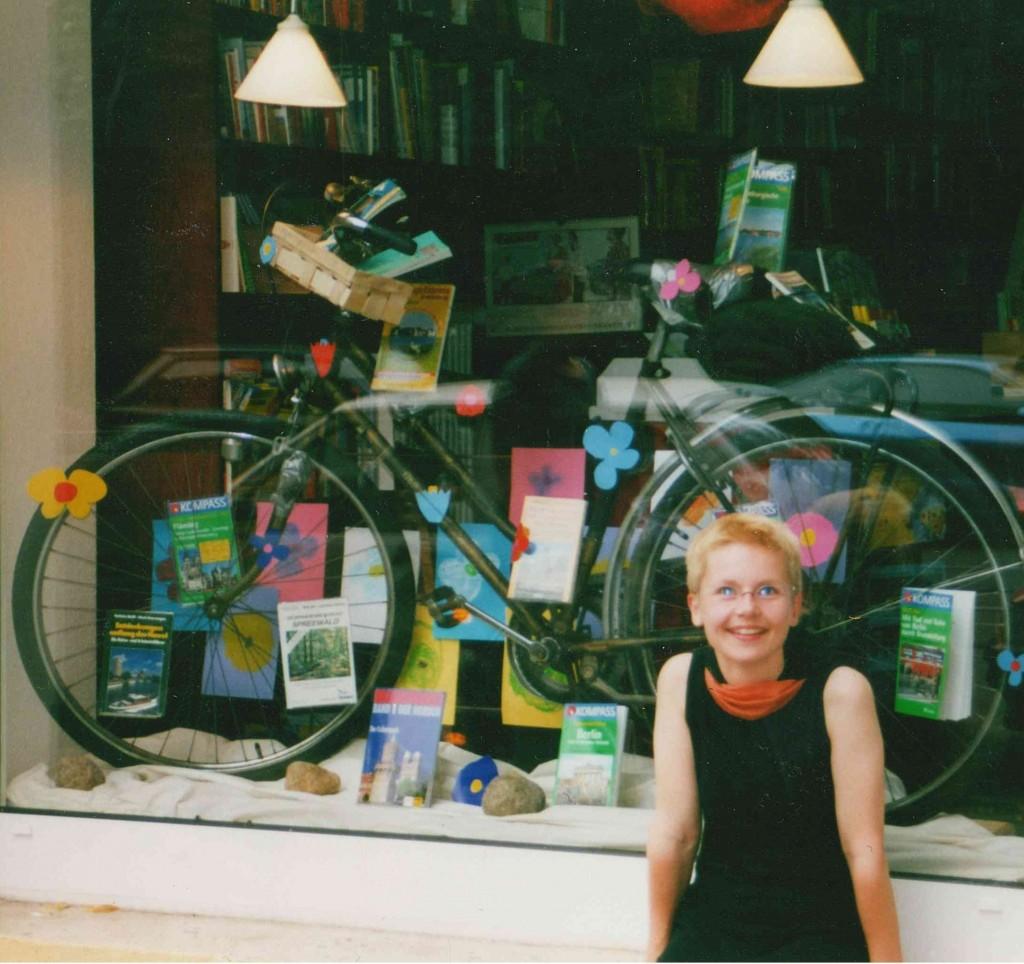 Schon vor Jahren froh: Beate Klemm vor ihrem Geschäft 1999