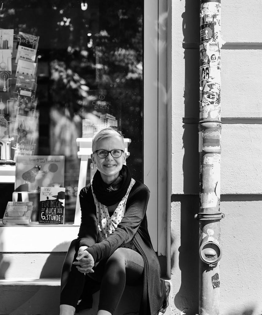 """Beate Klemm vor ihrem Buchhandel """"Lesen und lesen lassen"""" in der Wühlischstraße, Berlin"""