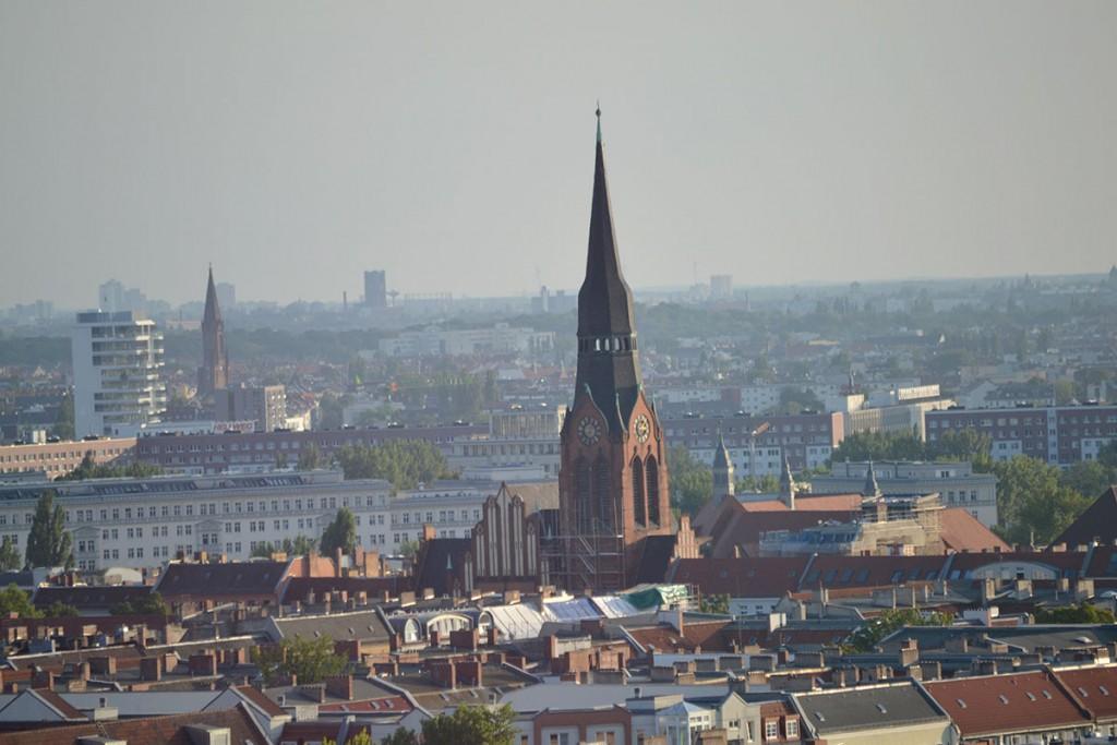 Die Friedrichshainer Pfingstkirche am Petersburger Platz, Foto von Ulrich Tempel
