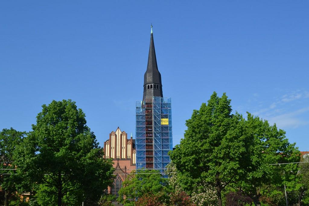 Die Berliner Pfingstkirche am Petersburger Platzmit eingerüstetem Turm,Foto von Ulrich Tempel