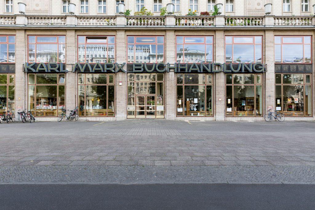 Denkmalgeschützte Leuchtschrift über dem Schaufenster, Foto: Giovanni Lo Curto