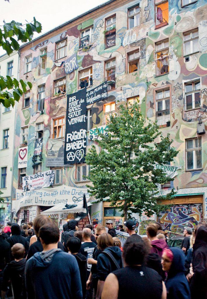 Demonstration in der Rigaer Strasse, Friedrichshain, Berlin. Dieses Haus ist nicht die Rigaer 94, auch wenn der dpa-Fotograf dies glaubte und die Zeitungen seine Bildunterschrift druckten. Foto: Silvio Weiß