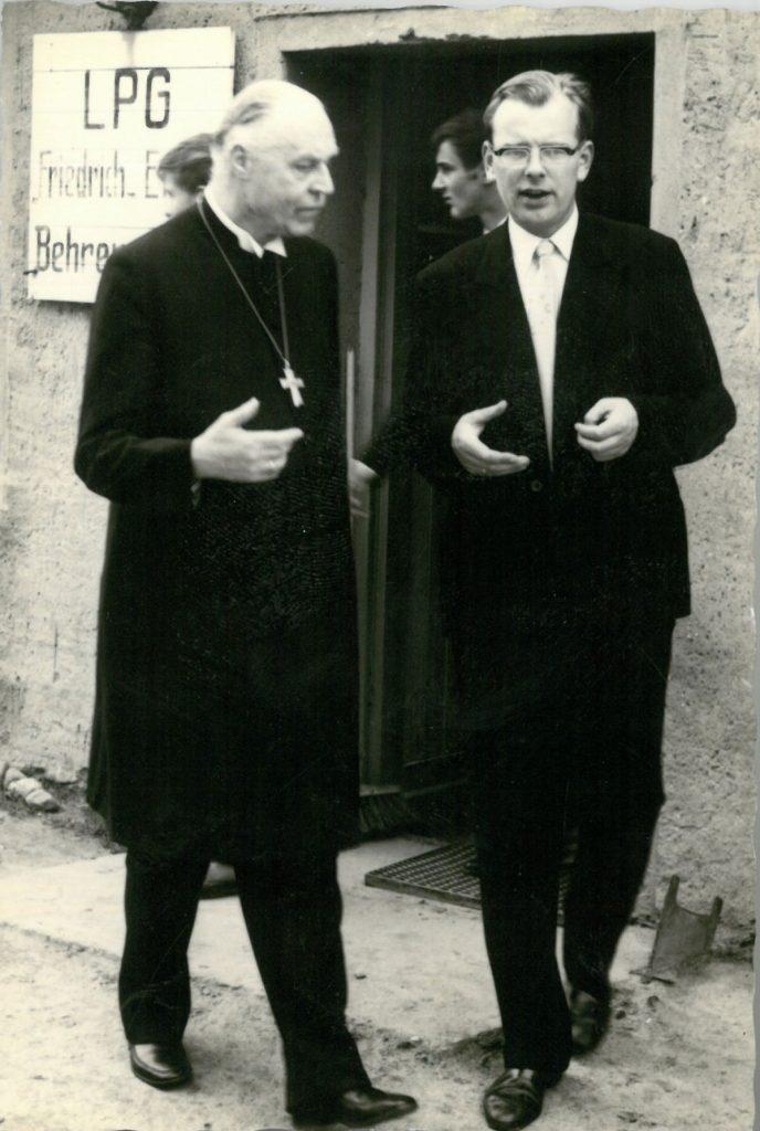 Gerhard Cyrus und Bischof Krummacher bei einer Glockenweihe, Foto: privat