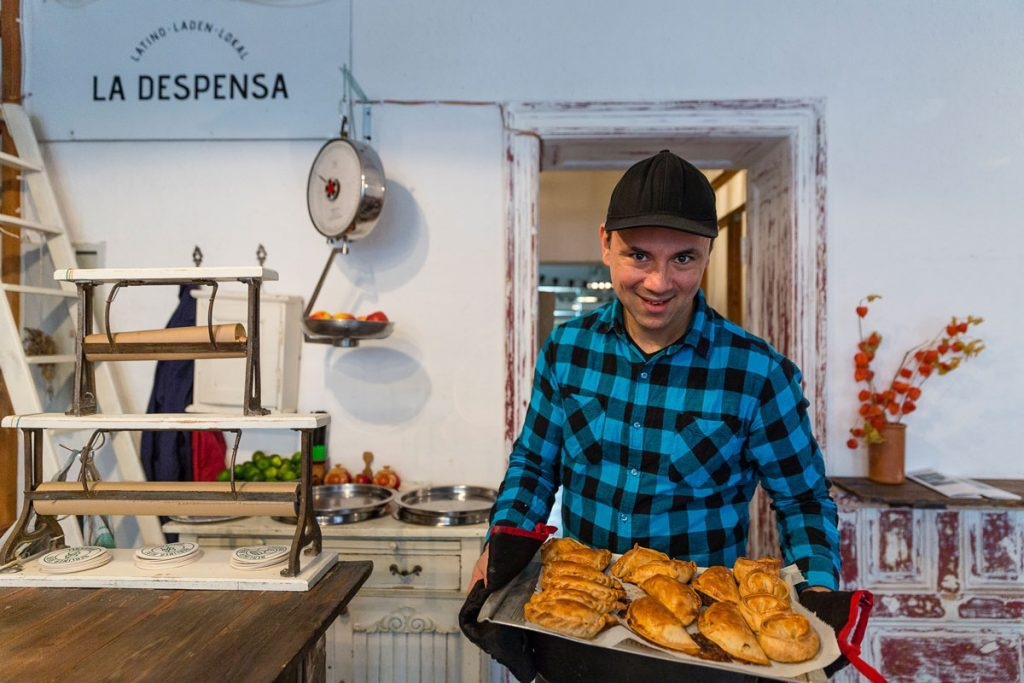 Rodrigo Franco vom La Despensa präsentiert ofenfrische Empanadas, Foto: Giovanni Lo Curto