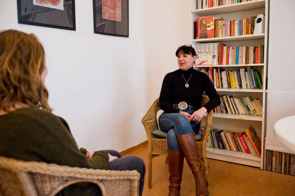 Beate M. Köhler im Gespräch im FRIEDA Frauenzentrum, Foto: Silvio Weiß