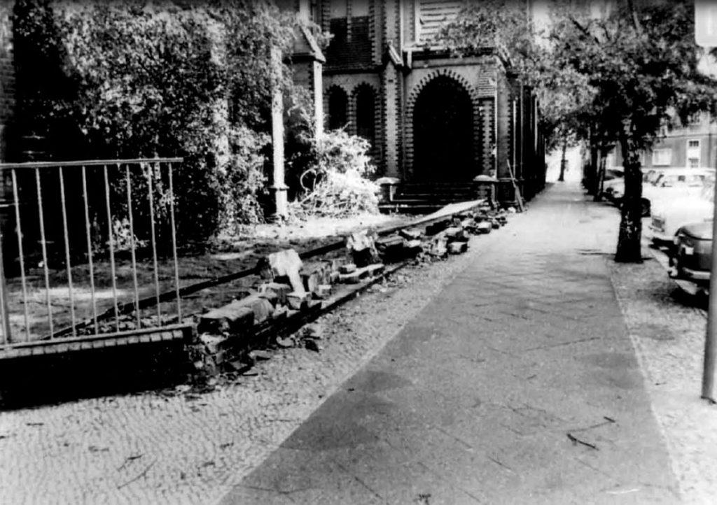 Konspirativ aufgenommenes Fotos des MfS vom umgestürzten Zaun vor der Samariterkirche , Foto: BStU