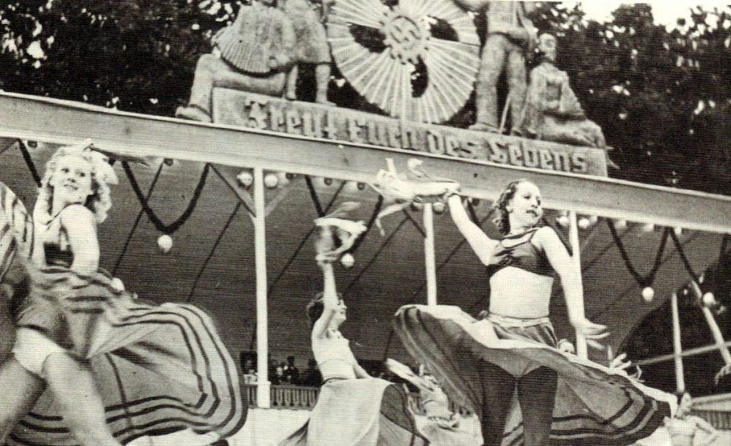 Tänzerinnen auf dem Starlauer Fischzug, Quelle: Niederdeutsche Zeitschrift für Volkskunde 1928, Fotograf unbekannt