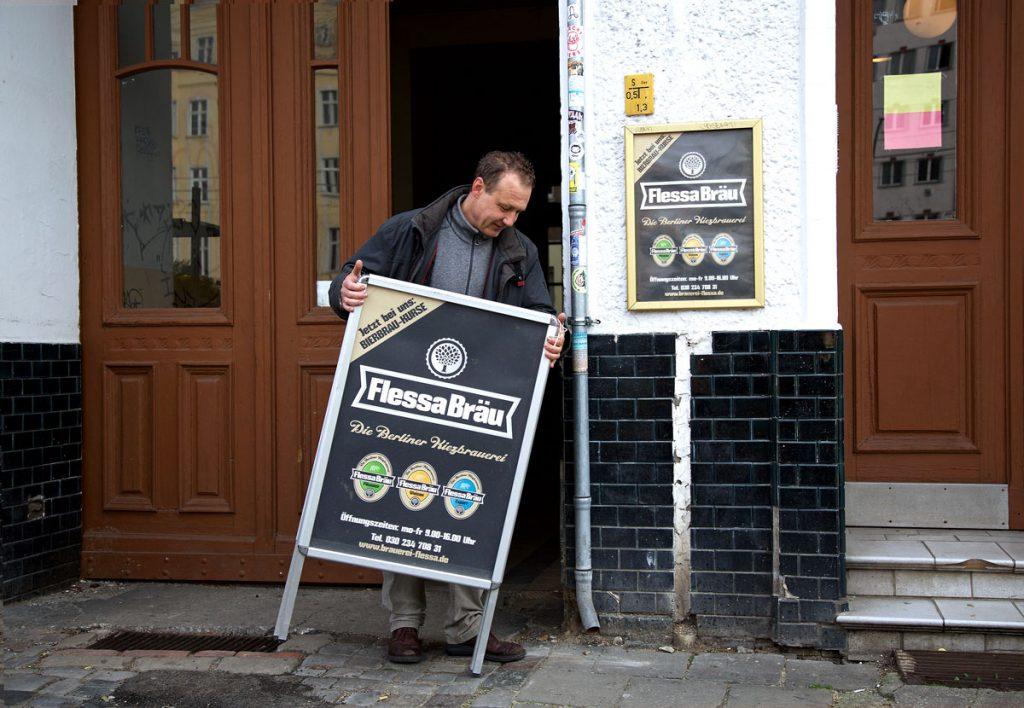 Christoph Flessa öffnet das Geschäft, Foto: Anne Winkler