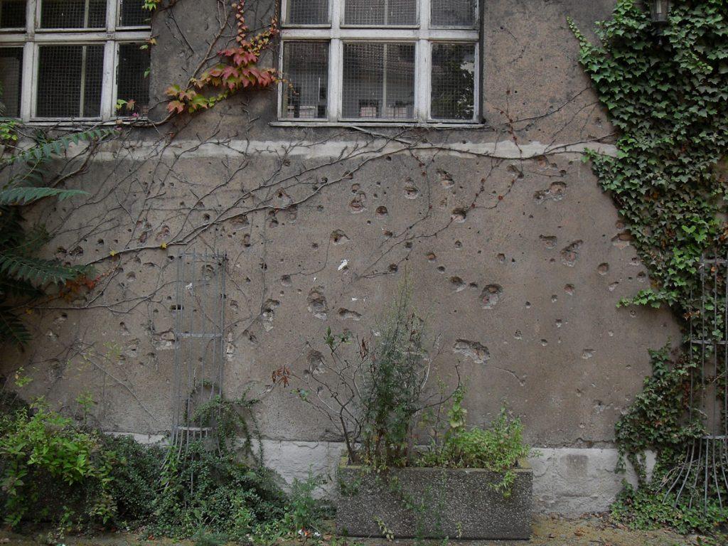 Spuren der Vergangenheit: Einschusslöcher in der Hausburgschule , Foto: Detlef Krenz