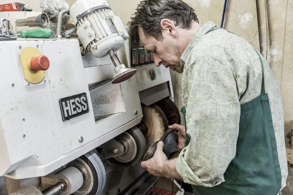 Schuhmacher John O'Hara bei der Arbeit | Foto: Giovanni Lo Curto