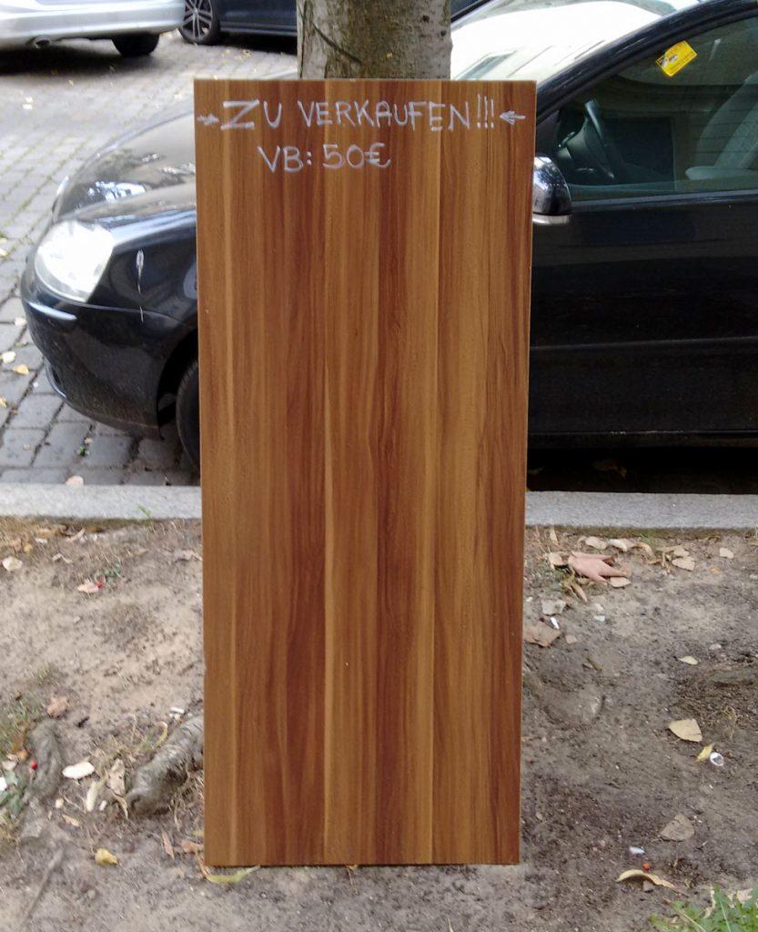 Die Gentrifizierung fordert ihren Preis. Wo früher ausrangierte Möbelteile auf der Strasse verschenkt wurden, werden heutzutage enorme Preise verlangt. So gesehen in der Pintschstrasse. Foto: André Werner